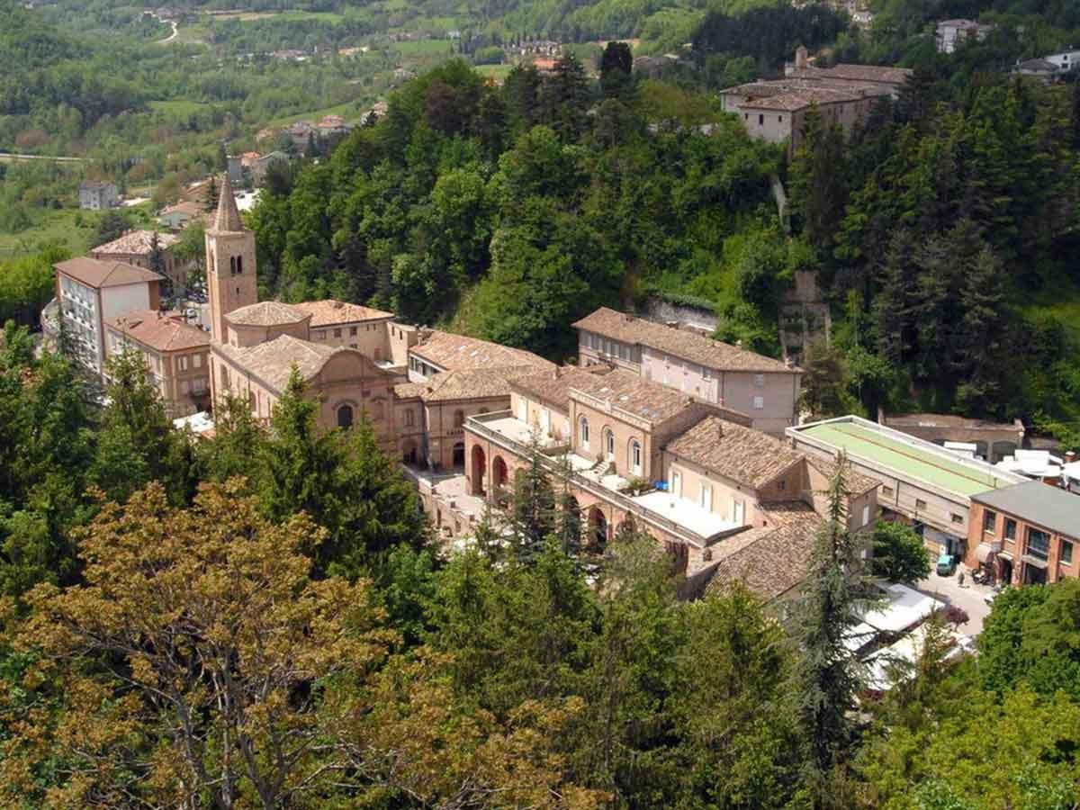 Vista di Acqualagna - borgo storico